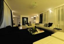 Arredamento e design per soggiorno in abitazione monofamiliare a Grosseto. Altri due bagni sono stati rivestiti invece con mosaico vetroso. Completa il quadro dei pavimenti la presenza del legno in listoni in 'teak' utilizzato in tutto il reparto notte.