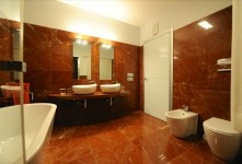 Marmo rosso rivestimento di un bagno in un'abitazione indipendente a Grosseto